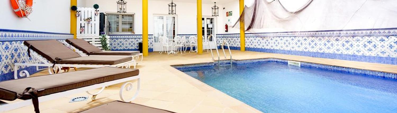 piscina-privada-Hostal-Ciudad-Trigueros